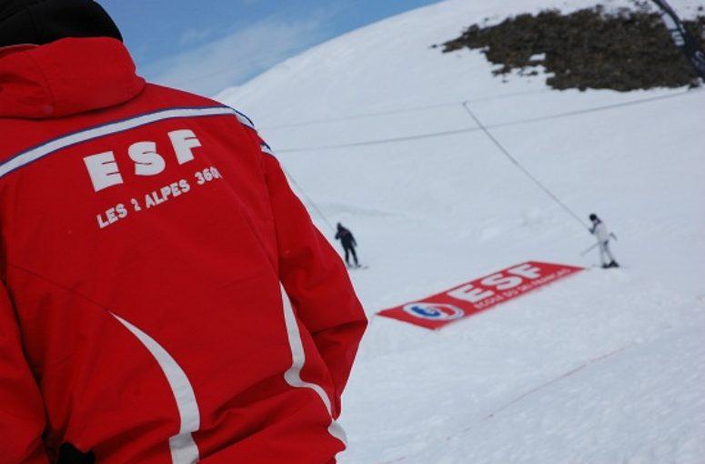 Pourquoi les moniteurs de ski sont-ils surnommés les « pulls rouges » ?