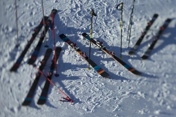 skis posés dans la neige