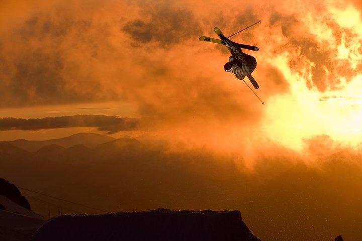 skieur freestyle au couché du soleil