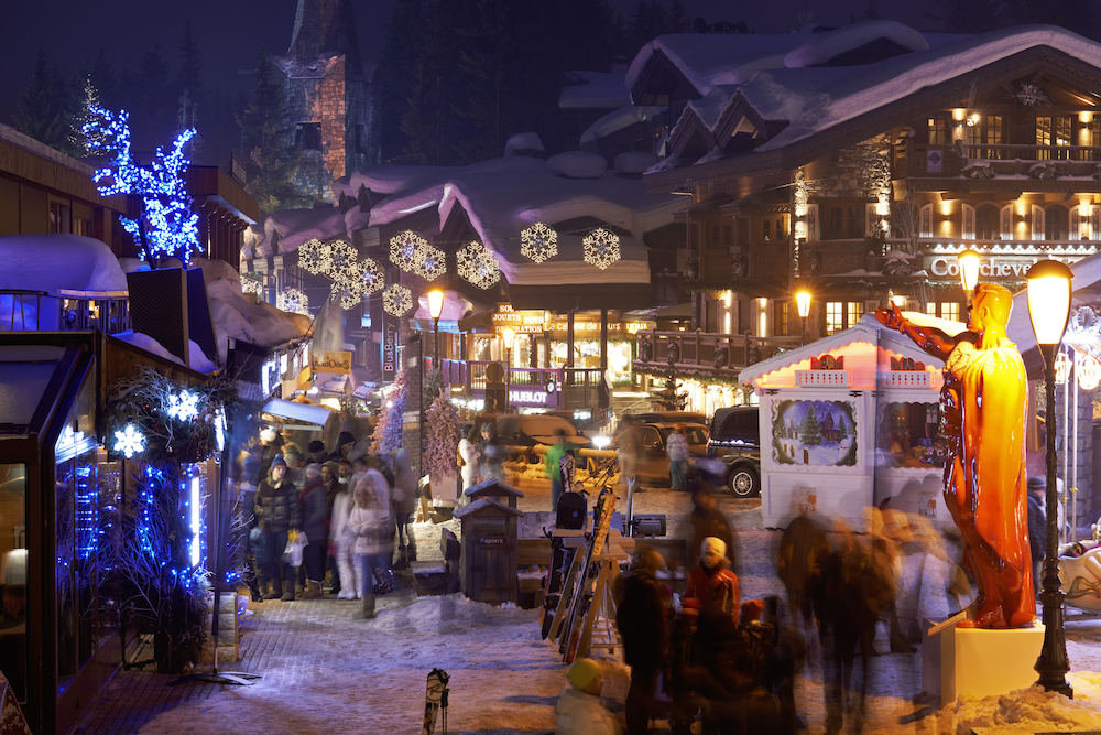 Vue des rues illuminées de la station - Photo : Office de tourisme de Courchevel - David André