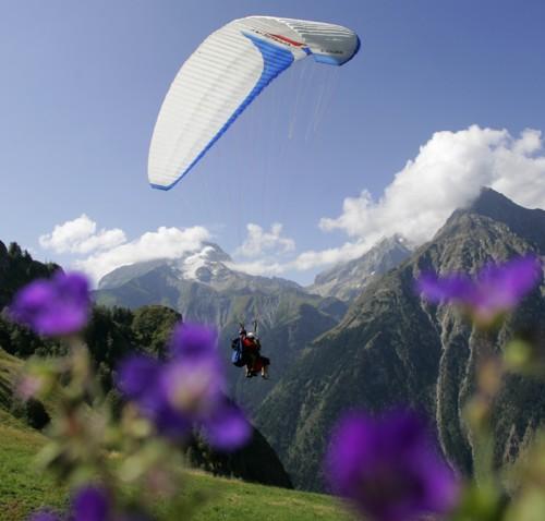 Parapente aux 2 Alpes. Crédits. (c) copyright (c) office de tourisme les 2 Alpes. Pascal BOULGAKOV