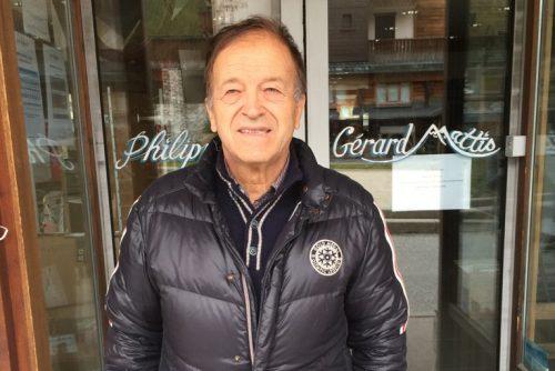 Gérard MATTIS posant devant un de ses magasins. Crédits : Gérard MATTIS