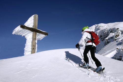 Ski de randonnee devant une croix de pelerinage sur la pointe de la Fogliettaz a Sainte Foy, Savoie, France, MR
