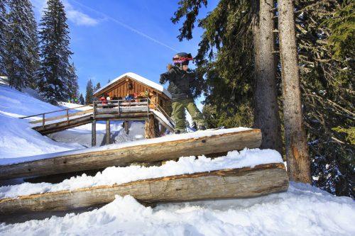 """""""The Stash"""" propose un parcours avec des modules en bois à Avoriaz (Alpes du Nord), idéal pour les petits et les grands."""