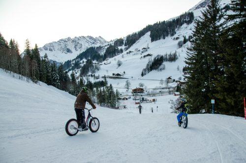 Le Fa'trott est une trottinette des neiges qui adhère à la neige grâce à ses larges pneus
