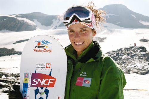 La snowboardeuse JULIE POMAGALSKI, à l'entraînement, l'été sur le glacier de l'Iseran, 2770m, à Val d'Isère, France