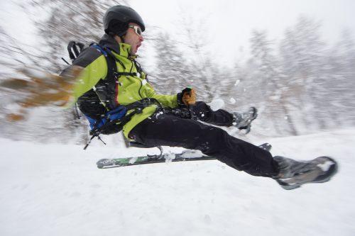 Le snooc est un engin hybride qui associe le ski de randonné et la luge (ici au Grand-Bornand)