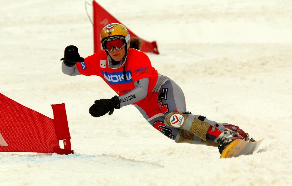 La snowboardeuse JULIE POMAGALSKI sur un parcours de géant parallèle en compétition.