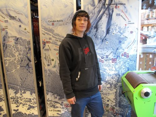 Julie Dugand, responsable d'atelier et skiman au magasin Intersport Free Sport La Clusaz
