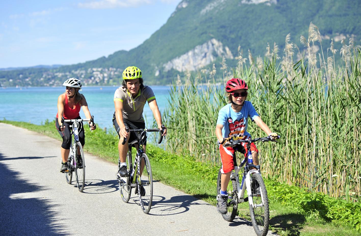 Famille à vélo au bord du lac d'Annecy (montagne)