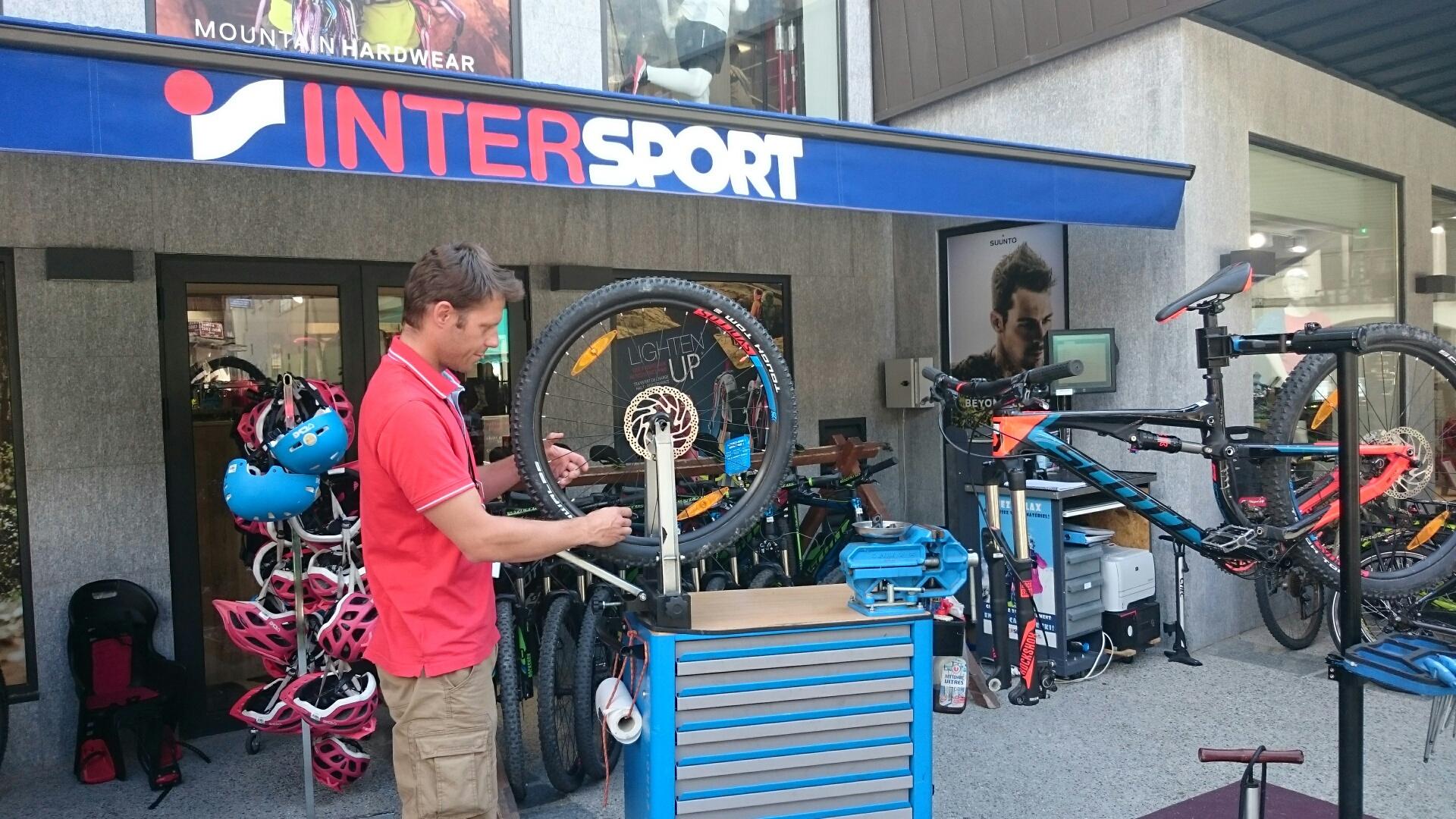 Julien Forêt, mécanicien VTT au magasin Intersport de Chamonix