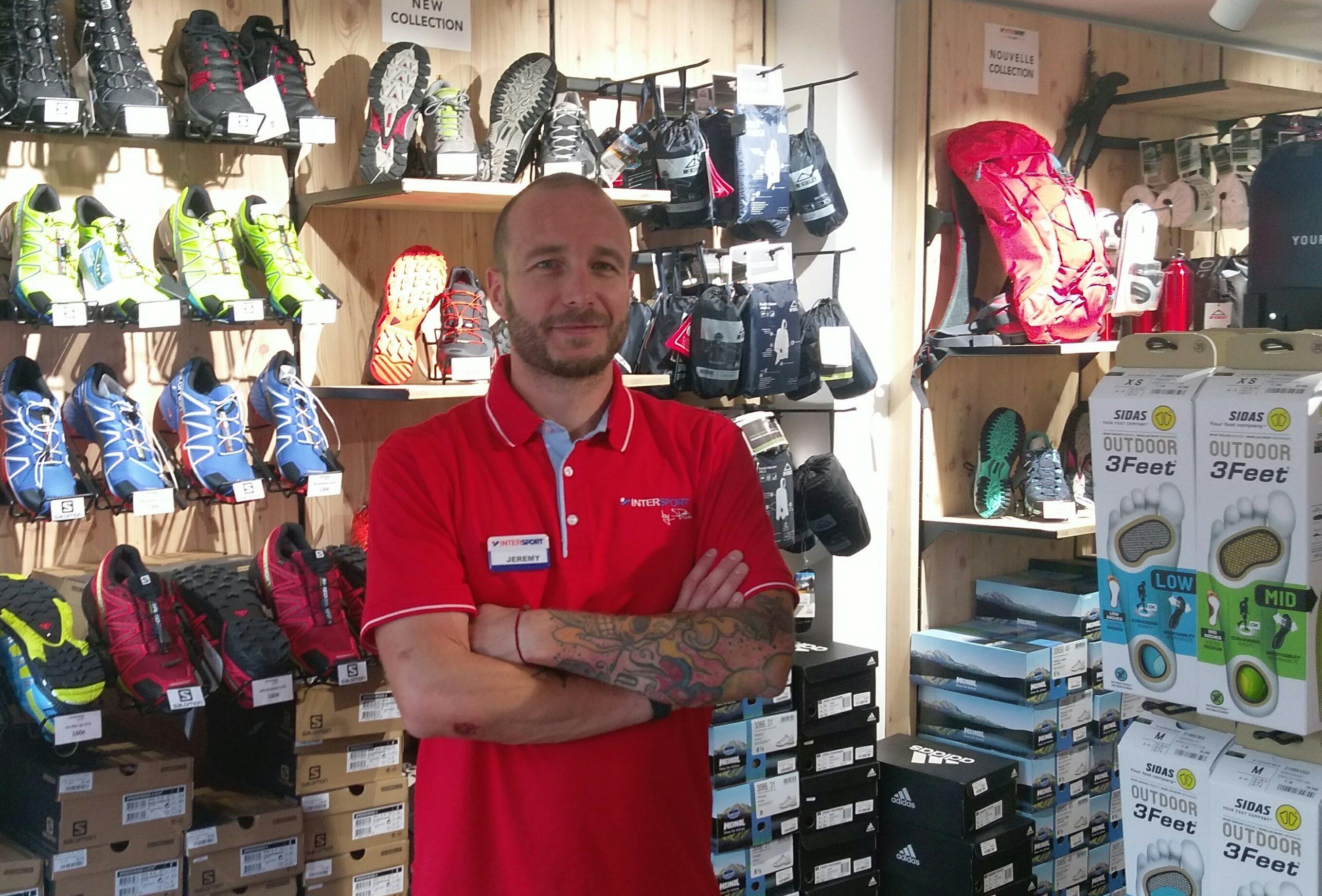 Jérémy le Goff, responsable du rayon textile et accessoires du magasin Val Snow à Val d'Isère
