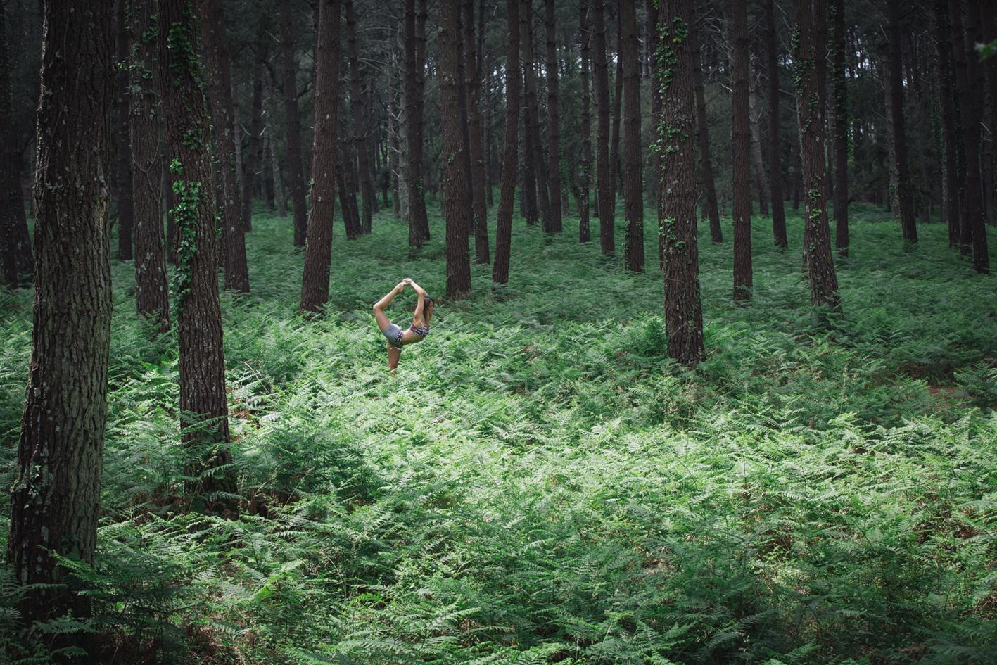Carolines Beliard entrain de faire du yoga dans les Landes (©Vanessa Andrieux)