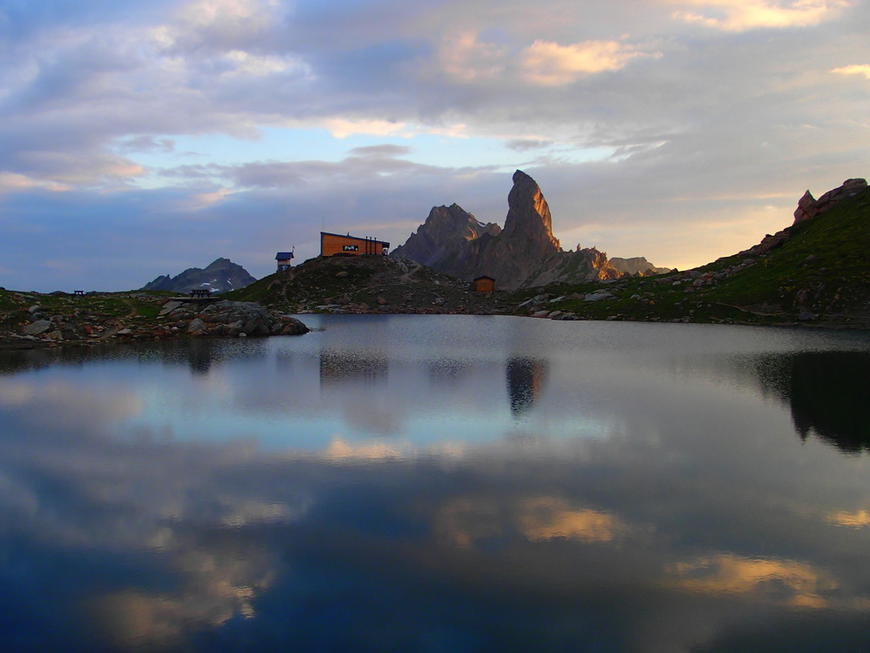 Refuge de Presset à 2541 mètres face à la Pierra Menta