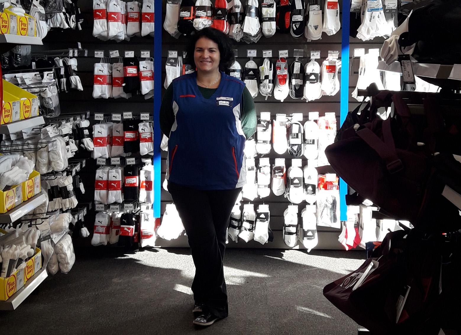 Alexandra à la caisse au magasin intersport de Cluses