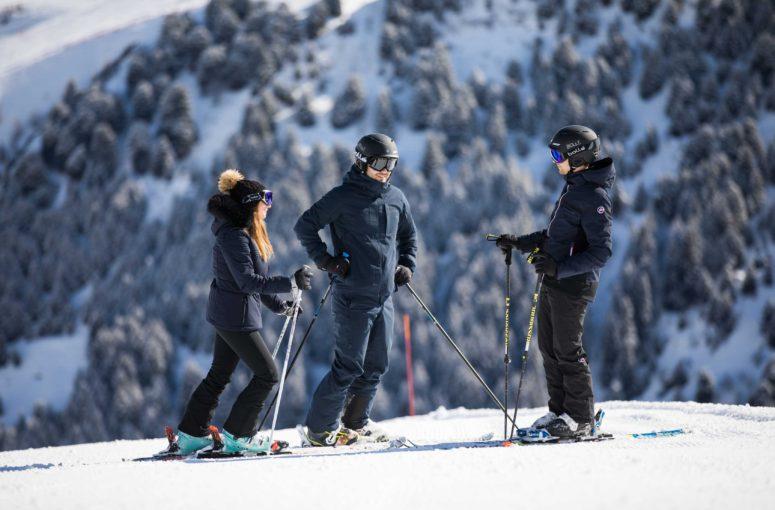 Pourquoi louer sa tenue de skisera la tendance à suivre cet hiver?