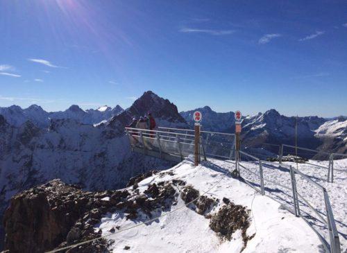 Avec 1400m de vide sous les chaussures, effet wow garanti sur la passerelle panoramique des 2 Alpes Crédit : OT les 2 Alpes