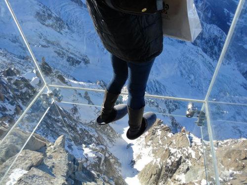 Le pas dans le vide à Chamonix : installée sur la terrasse supérieure de l'Aiguille du Midi à 3842m d'altitude, cette attraction touristique ne désemplit pas.
