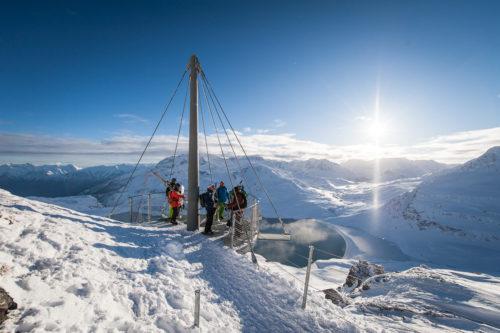 Suspendue au-dessus du vide à Val Cenis, cette plateforme circulaire surplombe le lac du Mont-Cenis avec 1000 mètres sous vos pieds. Crédit : A. Pernet