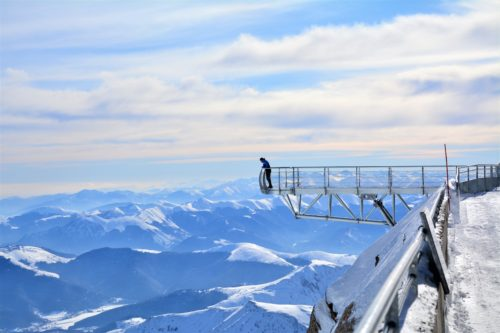 Un pont dans le ciel des Hautes Pyrénées à près de 3000m d'altitude au Pic du Midi. Crédit : J. Sacaze