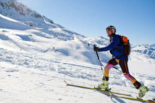 De plus en plus de domaines skiables se dotent d'itinéraires balisés pour découvrir le ski de randonnée en toute sécurité, une tendance forte.