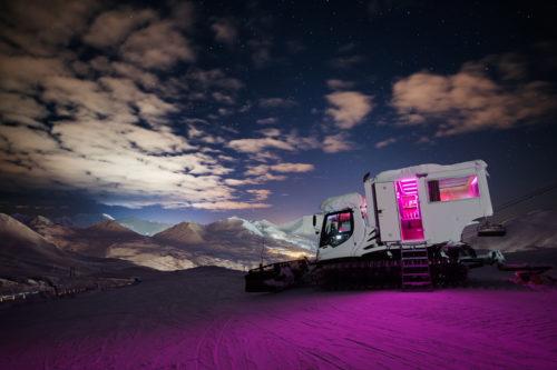 Seul au monde au sommet des pistes pour une nuit : dormir dans une dameuse, La Plagne l'a fait et c'est inédit !