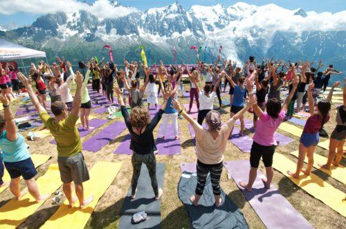 Désormais, parmi le top 10 des festivals dans le monde, le Chamonix Yoga Festival accueille pendant 3 jours, du 5 au 7 juillet 2019, des pratiquants novices ou passionnés, en extérieur : centre-ville ou sommet des montagnes, ou en intérieur dans les merveilleuses salles du Majestic. En tout, 50 classes et 30 professeurs. Sur la photo, une session Yoga au Brévent face au Mont Blanc. © Claire Rounds/Chamonix Yoga Festival