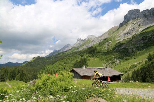 Le VTT est une excellente monture pour découvrir la montagne ! Ici dans les Aravis