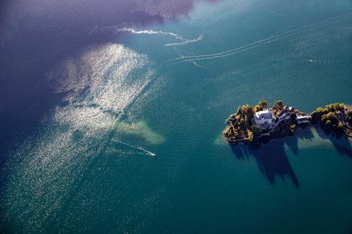 Le lac d'Annecy, joyau des Alpes. Ici le château de Duingt qui ouvrira ses portes dans l'été pour des événements culturels. Crédit : Savoie-Mont-Blanc / destinations lacs