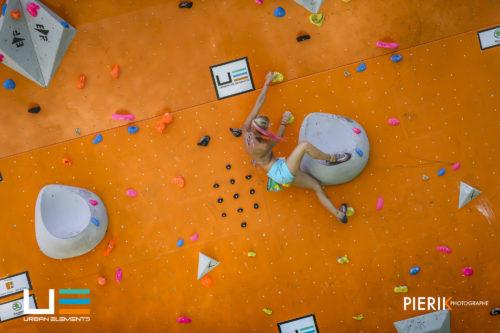 Difficile de faire plus dépouillé niveau équipement ! Ici une compétitrice lors de l'Urban Elements à Marseille, compétition de Psicobloc aussi appelée Deep Water ; escalade libre sans assurage au-dessus de l'eau. ©Pierik Photographe pour Urbans Elements