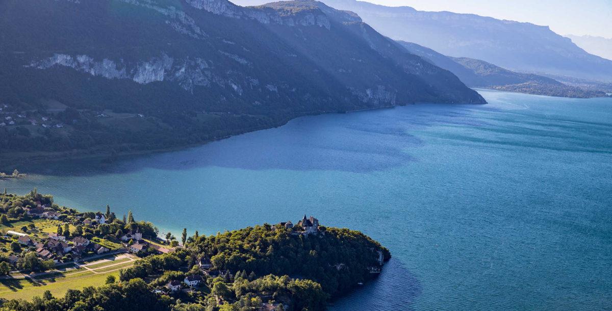 Le lac du Bourget, le plus grand est aussi le plus sauvage Crédit : Savoie-Mont-Blanc / destinations lacs