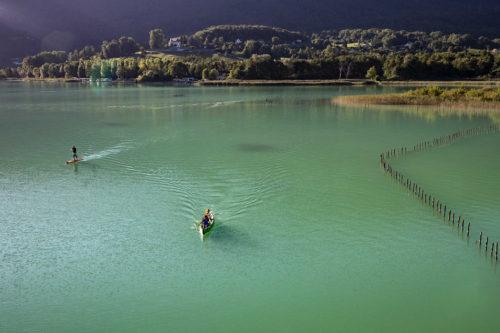 Le lac émeraude d'Aiguebelette est interdit aux moteurs thermiques, idéal pour les sports de rame. Crédit : Savoie-Mont-Blanc / destinations lacs