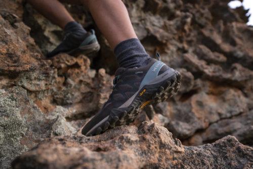 Chaussure de randonnée pour femme de la marque Merrell, ce modèle Siren est doté d'une semelle extérieure Vibram Megagrip pour plus de confiance et d'adhérence, peu importe le terrain. © L Nabihah/Merrell