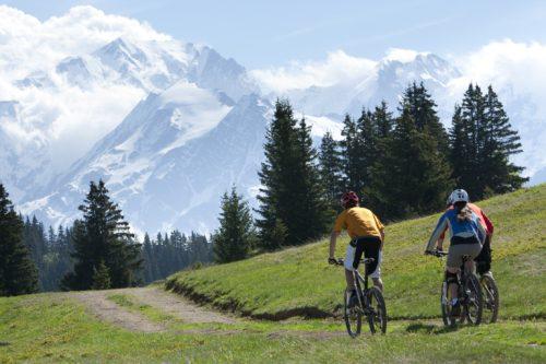 Le bike park des Saisies tracé par des professionnels est idéal pour s'initier sur des pistes vertes roulantes et douces avec en bonus, le Mont Blanc en toile de fond. Crédit : Jean-Luc Armand