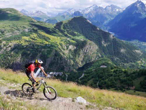 A l'Alpe d'Huez, le VTT est sauvage et grandiose. Ici la Combe du Bras. Crédit : Eric Beallet