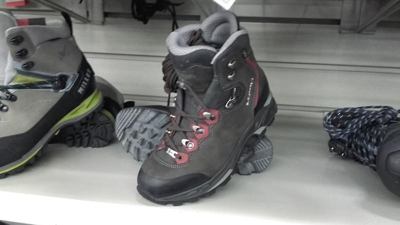 Chaussures de randonnée à tige haute. INTERSPORT. Crédits : Agence Switch