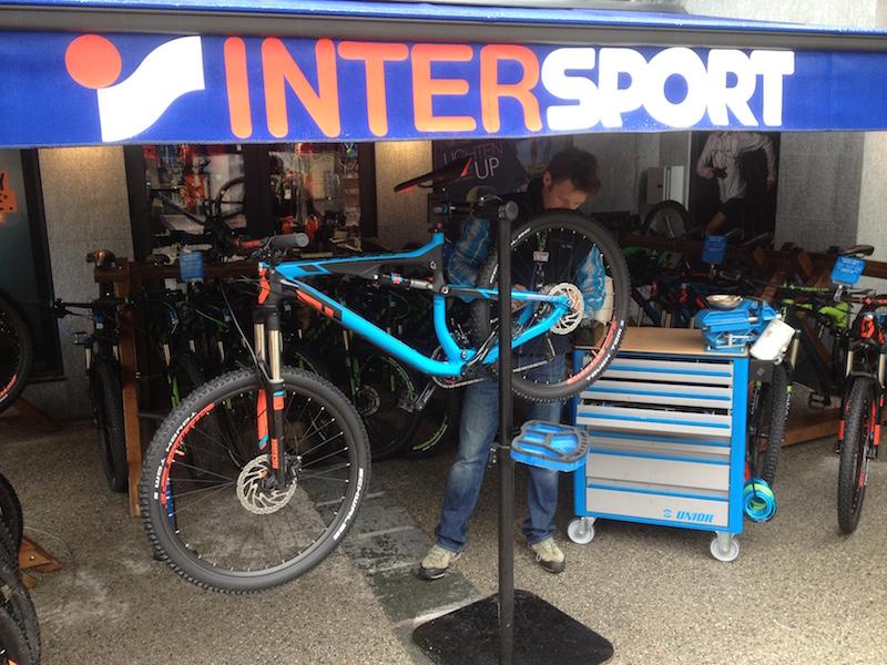 Réparation de VTT. Crédits - INTERSPORT Chamonix