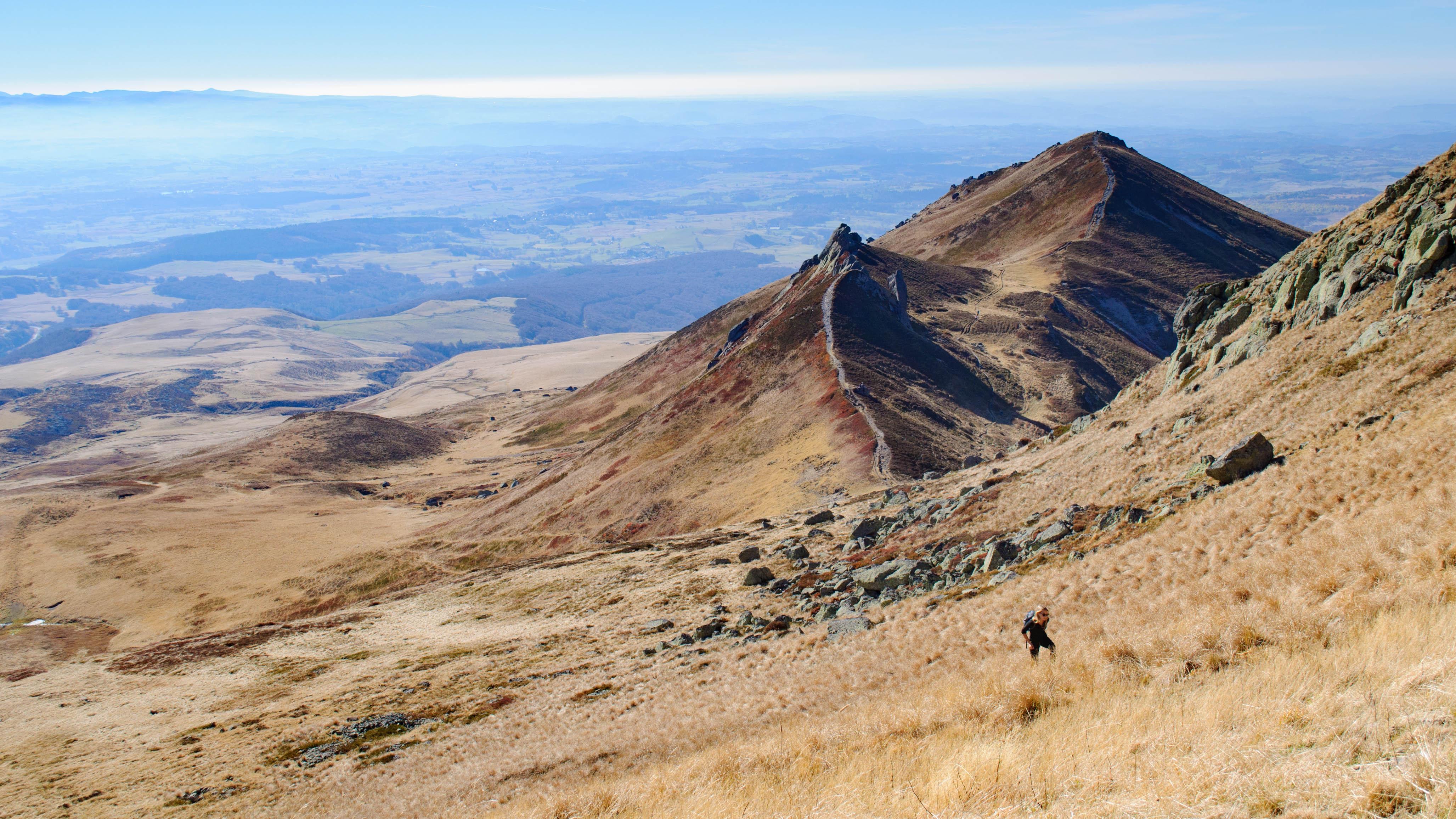 Le massif du Sancy en été est aussi idéal pour les activités, comme ici la randonnée